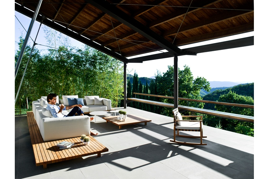 The Vis à vis sofa is an outdoor lounge sofa that brings an ode to pure design.