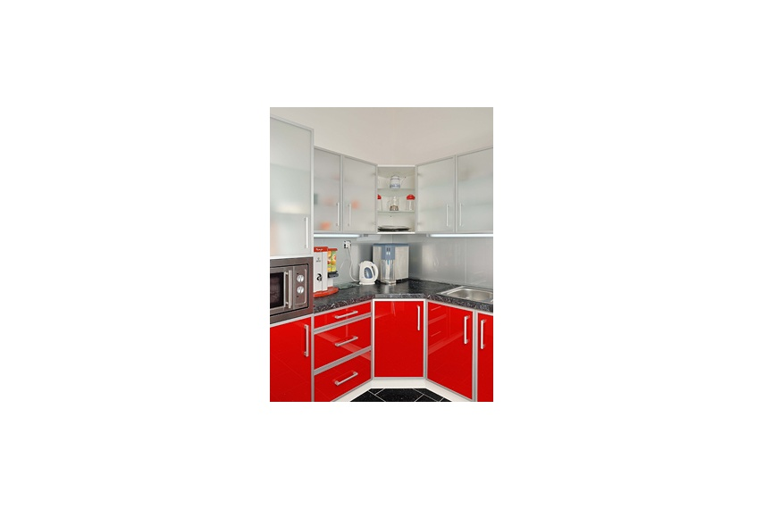 Kitchenette, using MATELUX Clearvision and LACOBEL Luminous Red & Rich Aluminum.